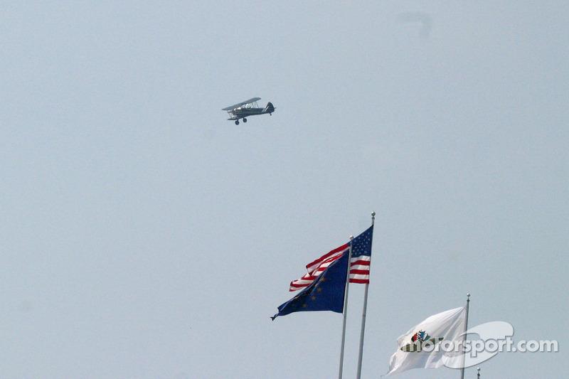 Un avion d'époque vole au-dessus de Pagoda