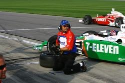 Un membre de l'équipe Andretti Green au travail