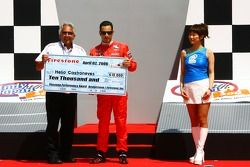 Helio Castroneves reçoit le Pole Award