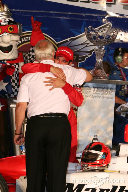 Le vainqueur Helio Castroneves avec Roger Penske