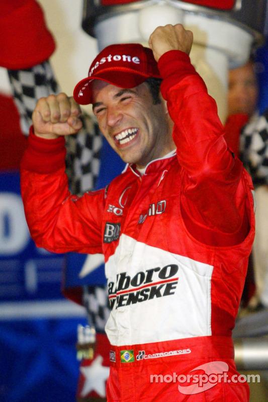 Helio Castroneves, vainqueur, célèbre sa victoire