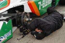 Brake adjustment on the car of Tony Kanaan