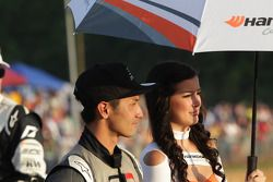 Toshiki Yoshioka met Hankook Tire parasolmeisje