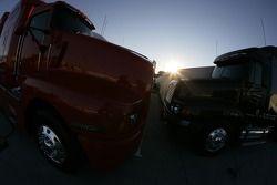 Camions dans la lumière du matin
