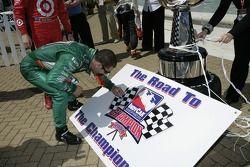 IndyCar Series 2007 Championnat prétendante Tony Kanaan signe une planche