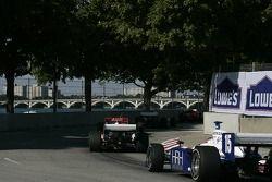 Buddy Rice suit un groupe de voitures