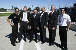 Helio Castroneves et Sam Hornish Jr. posent avec des représentants de Bosch