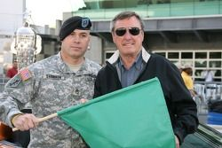 Staff Sgt. Patrick Shannon, 76e Brigade d'infanterie, Indiana Garde nationale pose avec Johnny Rutherford