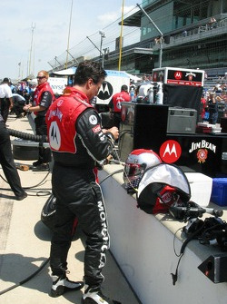 Michael Andretti prepares to practice