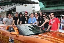 Members du groupe SALIVA pose avec Johnny Rutherford et la voiture de rythme Corvette