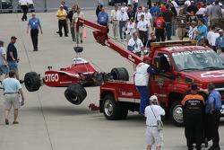 La voiture de Milka Duno est ramené au garage après son accident