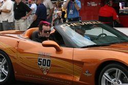 Le chanteur du groupe SALIVA, Josey Scott fait un tour dans la voiture de rythme Corvette avec Johnny Rutherford