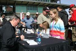 Séance d'autographe: Johnny Rutherford