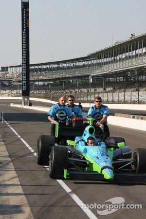 Membres d'équipe Rahal Letterman Racing poussant la voiture de Jeff Simmons sur la ligne des stands