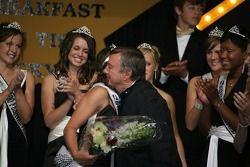 Le champion d'Indy 500 Johnny Rutherford, au centre, félicite la reine, Danielle Sylvester