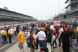 Pit lane is very crowded before the race