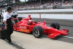La voiture de Marty Roth est remorqué sur la grille de départ