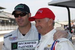 Le starter honoraire Parnelli Jones, vainqueur en 1963 des Indianapolis 500 avec son fils P.J. Jones