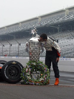 Dario Franchitti kisses the Borg Warner Trophy