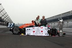 Dario Franchitti receives the winner's quilt