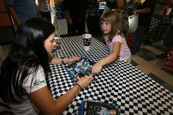 Danica Patrick signe des autographes à une fan locale