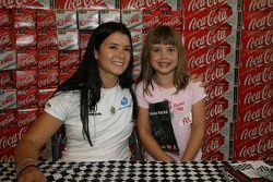 Danica Patrick pose pour une photo avec un jeune fan