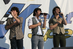 Les Jonas Brothers chantent l'hymne national