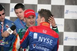 Gagnants cercle: Tony Kanaan est félicité par Marco Andretti