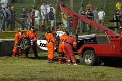 La voiture de Tomas Scheckter est soulevé