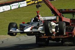 La voiture de Tomas Scheckter est transporté loin