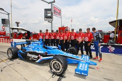 Scott Dixon poses with his team before the practice session