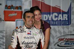 Vainqueur du cercle: Dario Franchitti et sa femme Ashley Judd