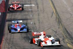 Helio Castroneves devant Marco Andretti