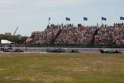 Tony Kanaan devant un groupe de voitures