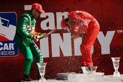 Podium: champagne pour Helio Castroneves et Tony Kanaan