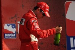 Podium: champagne pour Helio Castroneves