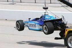 La voiture de Scott Dixon transporté par le crochet après avoir heurté le mur dans la séance