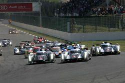 Start: #1 Audi Sport Team Joest Audi R18 TDI: Timo Bernhard, Romain Dumas, Mike Rockenfeller en #2 A