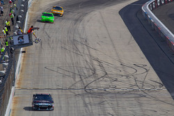 Matt Kenseth, Roush Fenway Racing Ford passe le drapeau à damier