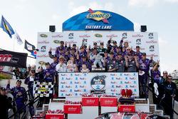 Sur le podium: la vainqueur de la course Matt Kenseth, Roush Fenway Racing Ford célèbre sa victoire