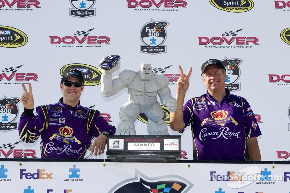 Victory lane: race winner Matt Kenseth, Roush Fenway Racing Ford celebrates with crew chief Jim Fenning