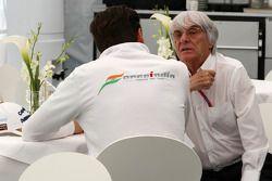 Берни Экклстоун разговаривает с Адрианом Сутилем, Force India F1 Team