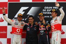 Podio: ganador de la carrera Sebastian Vettel, Red Bull Racing, segundo clasificado, Lewis Hamilton,