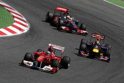 Фернандо Алонсо, Scuderia Ferrari едет впереди Себастьяна Феттеля, Red Bull Racing и Льюиса Хэмилтон