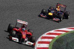 Fernando Alonso, Scuderia Ferrari, y Sebastian Vettel, Red Bull Racing