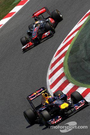 Марк Уэббер, Red Bull Racing едет впереди Льюиса Хэмилтона, McLaren Mercedes