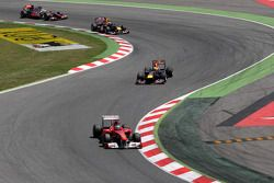 Фернандо Алонсо, Scuderia Ferrari едет впереди Себастьяна Феттеля, Red Bull Racing