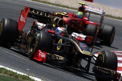 Vitaly Petrov, Lotus Renault GP leads Felipe Massa, Scuderia Ferrari