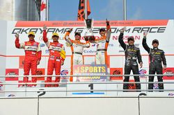 GT300 podium: winners Hiroki Yoshimoto and Kazuki Hoshino, second place Tetsuya Tanaka and Katsuyuki