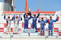 GT500 podium: winnaars Tsugio Matsuda en Joao Paulo de Oliveira, 2de Takuya Izawa en Naoki Yamamoto,